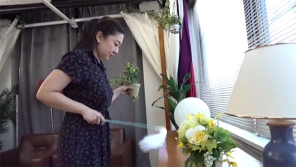 部屋を掃除する枡田ゆう子
