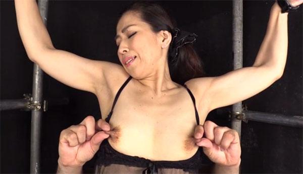 背後から指で強く乳首弄り