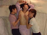 親戚のエロガキ2人と一緒に寝たら執拗に両乳首を舐められて発情してしまう叔母の動画!経験した事の無い両チクビの快感に抗う術は無し!