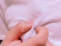 「乳首の先を爪と指でかりかりするのが好き♡」洋服を着たまま勃起した乳首をカリカリ弄ってチクニーに没頭する女の子の自撮り長尺動画!