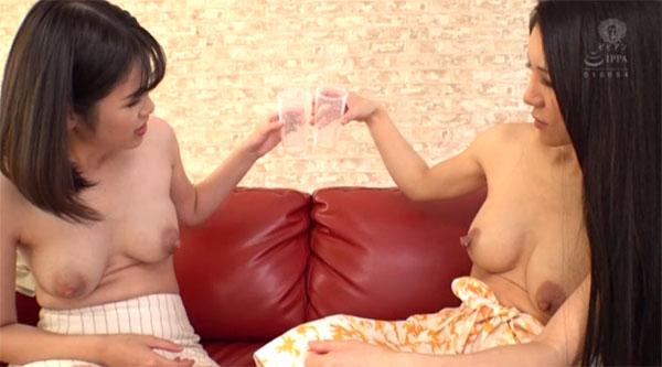 お互いの母乳で乾杯し合う2人