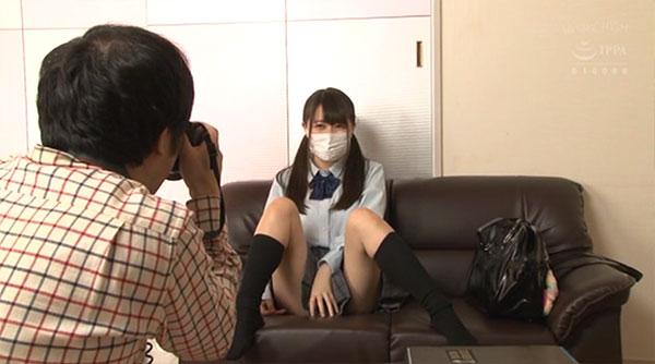 制服姿で撮影される生田みく