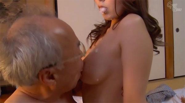 咀嚼したお粥を胸に垂らして乳首舐めさせ