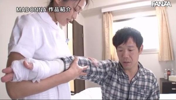 両腕を怪我して入院中の敏感乳首男