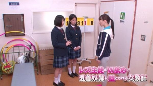 体育用具室で叱られる女生徒