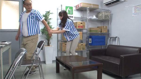 店長を引き止める巨乳妻
