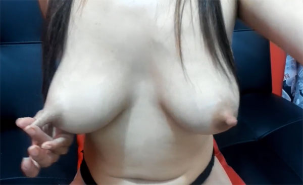 乳首を伸ばしてチャット相手を挑発