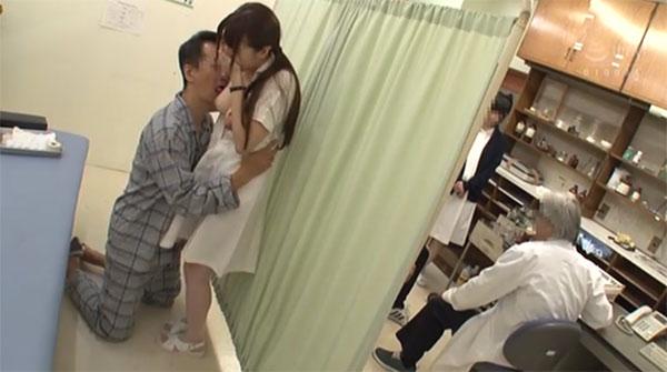 先生がスグ横にいるのに焦らし乳首痴漢で感じてしまう自由ちゃん