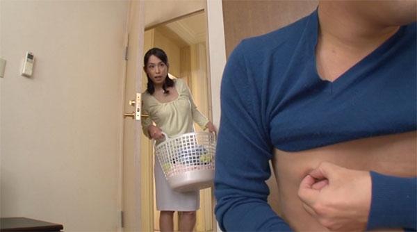息子が乳首をいじっている所を偶然目撃した母