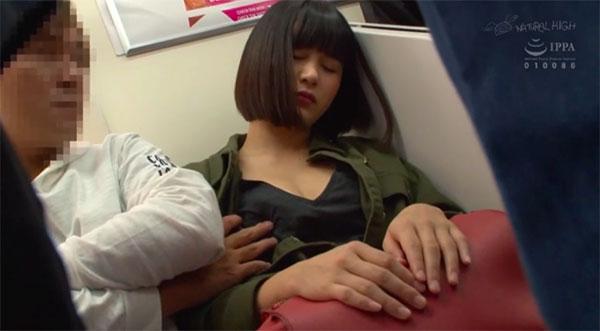 寝ている女の子の乳首を触る痴漢師