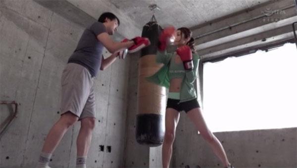 ボクシングの練習をする香苗レノン