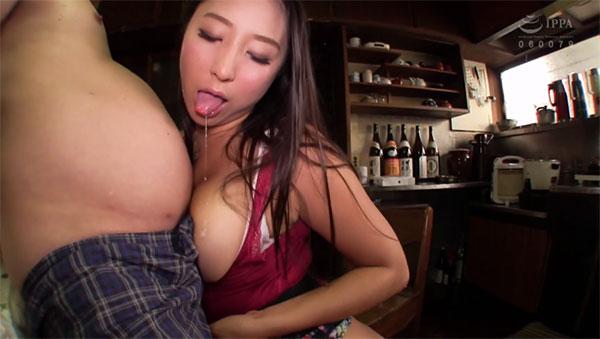 チンポにオッパイを擦り付ける淫乱介護士