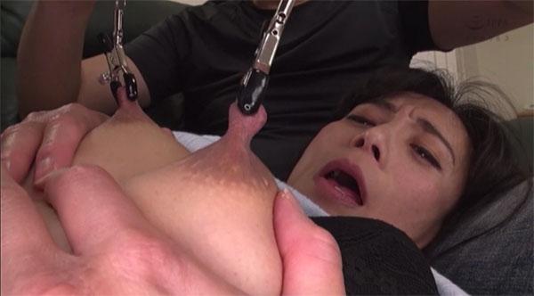 平岡里枝子の乳首をニップルクリップで挟んで持ち上げる