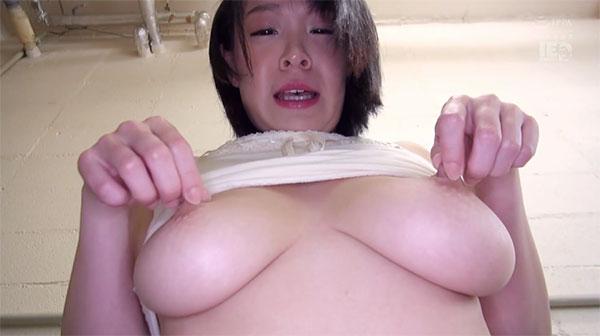 乳首を摘んで上に引っ張る巨乳ちゃん