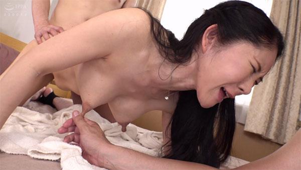 バックでパンパンされながら乳首を摘んで下に引っ張られる