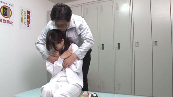 ご飯中に乳首を弄られる吉田さん