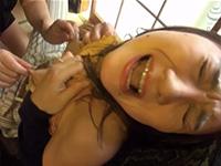乳首でイク敏感ママ!指で乳首をグリグリ強く強く摘まれながらアソコを膝で刺激されてチクビイキさせられる浮気乳首行為が超ドエロイ件!