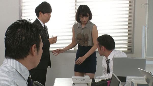 やむを得ずノーブラで出社したらお茶をこぼされて透け乳首を見られる川上奈々美