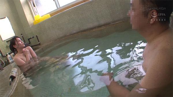 混浴温泉に浸かる富井美帆