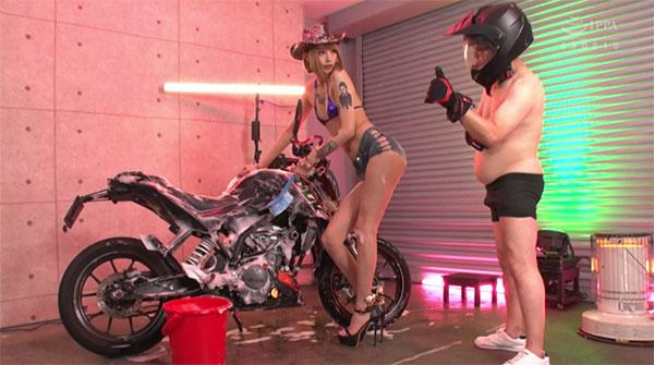 バイクを洗いながらM男も洗浄
