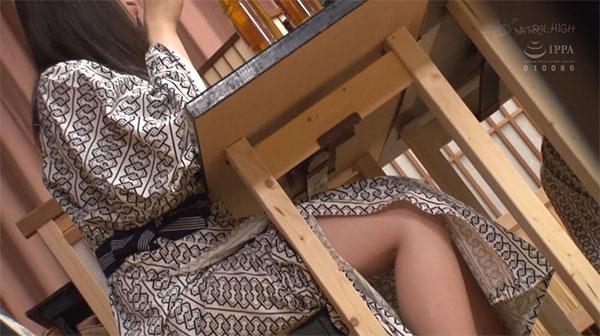浴衣の女性からちらみえする生脚
