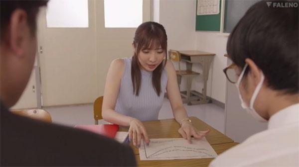 無防備な胸ポチ晒す女教師、月乃さくら