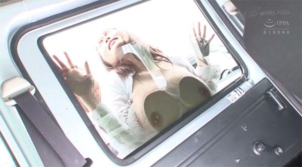 オッパイで窓を洗車させられるOLさん