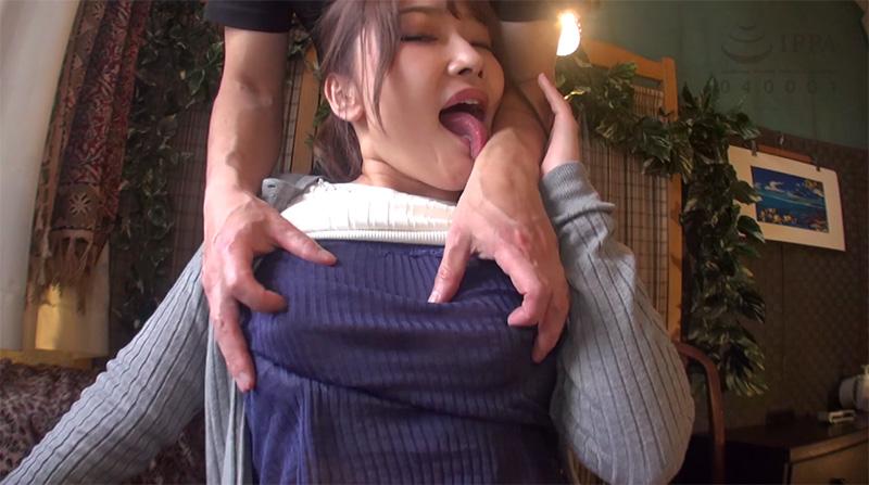 ニット越しの勃起乳首弄りが気持ち良すぎて腕舐めする淫妻