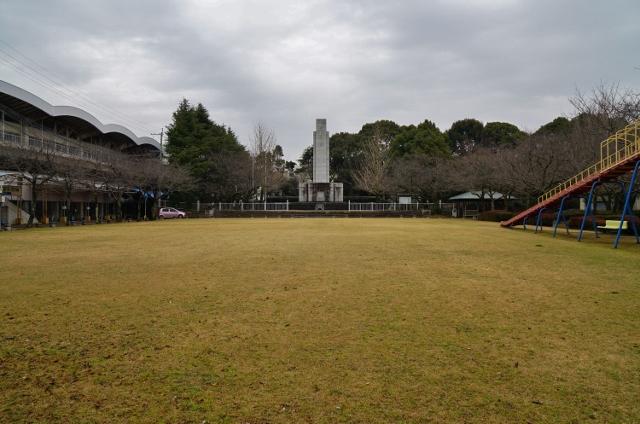 忠霊塔前子供広場 芝生の公園 休憩所 遊具
