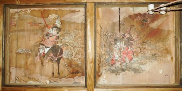 左の絵には[漕谷助浅門]って書いてある。右の絵には[清正公]。書かれてる人の名前かな?清正さんは、熊本の加藤清正公かな?