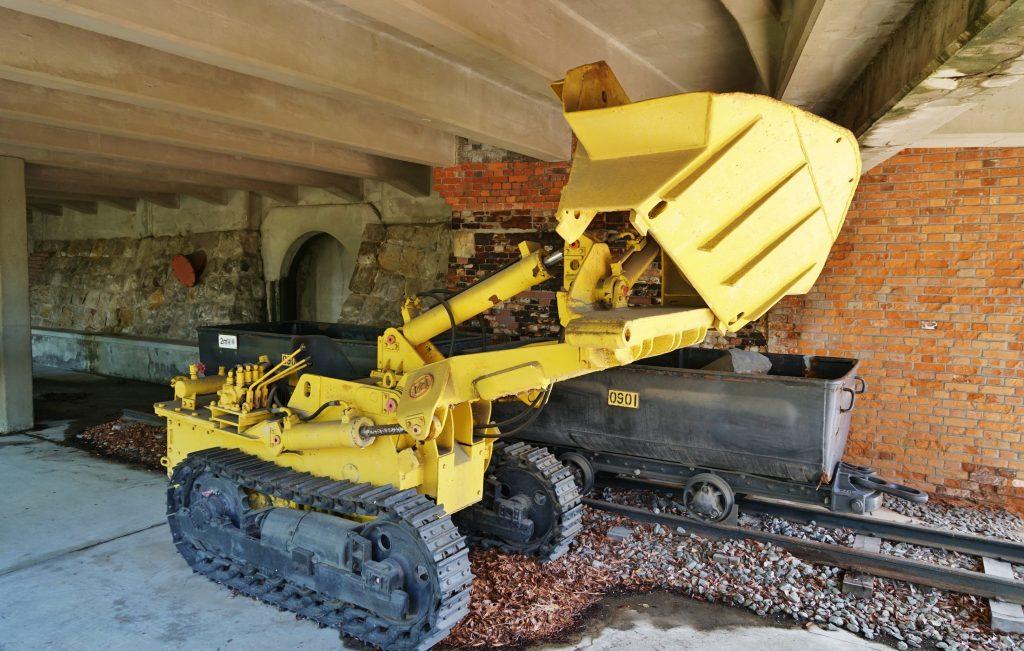 宮浦石炭記念公園 サイドダンプローダー型式:ME632H型 土や岩を積み込む機械