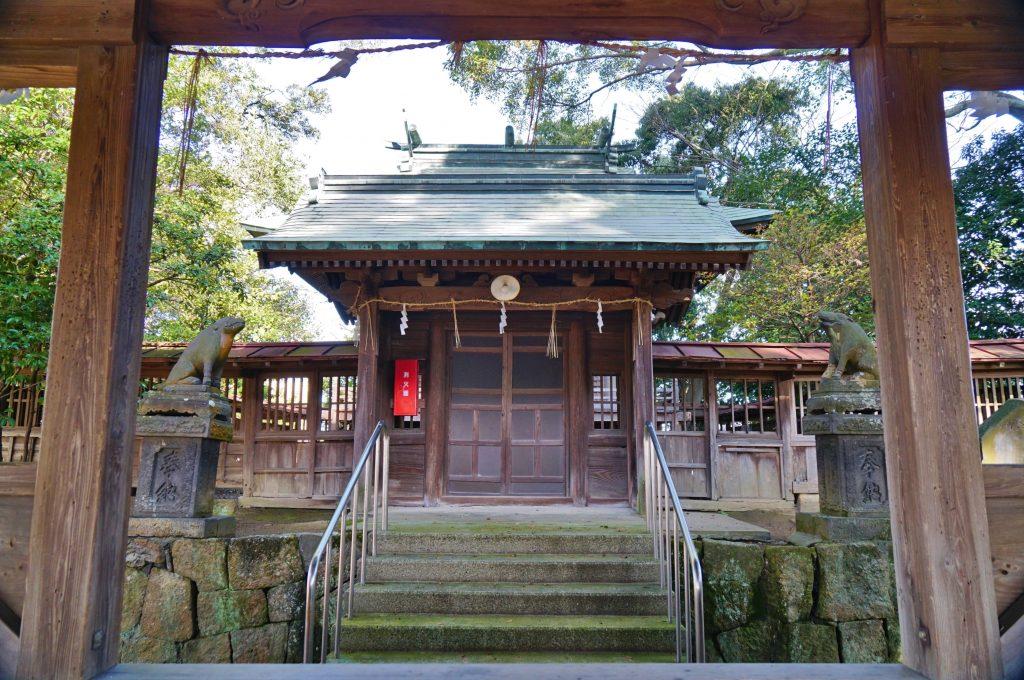福岡県大牟田市久福木72 諏訪宮 神殿の塀 イノシシの狛犬