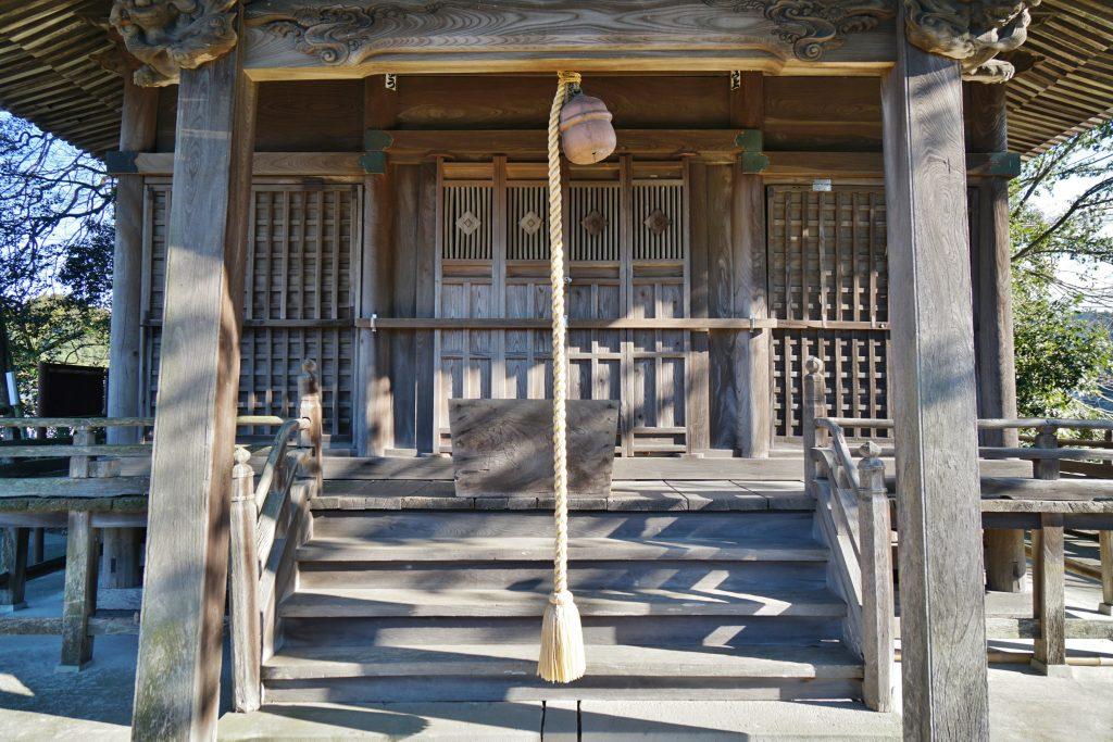 福岡県八女市黒木町湯辺田95 釜屋神社の楠 拝殿の正面 釘抜き紋