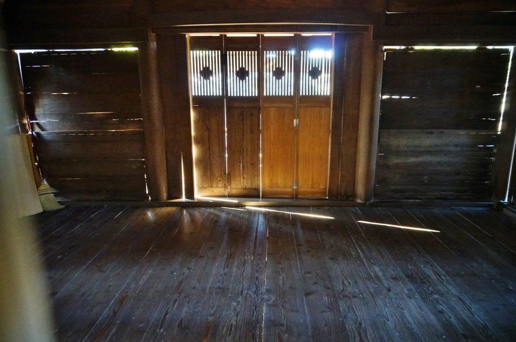 福岡県八女市黒木町湯辺田95 釜屋神社の楠 拝殿の内部 ちくごさるき