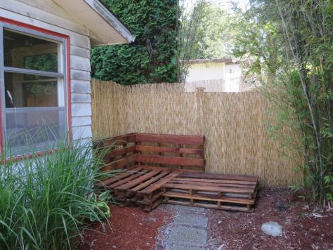 How-to-make-an-outdoor-pallet-sofa-sectional-(11)