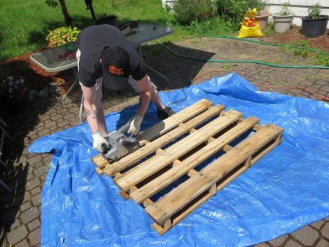 How-to-make-an-outdoor-pallet-sofa-sectional-(3)