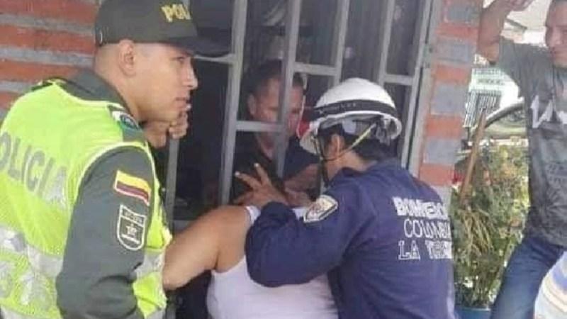 Mujer que ESPIABA a vecina quedó ATRAPADA en ventana debiendo ser RESCATADA