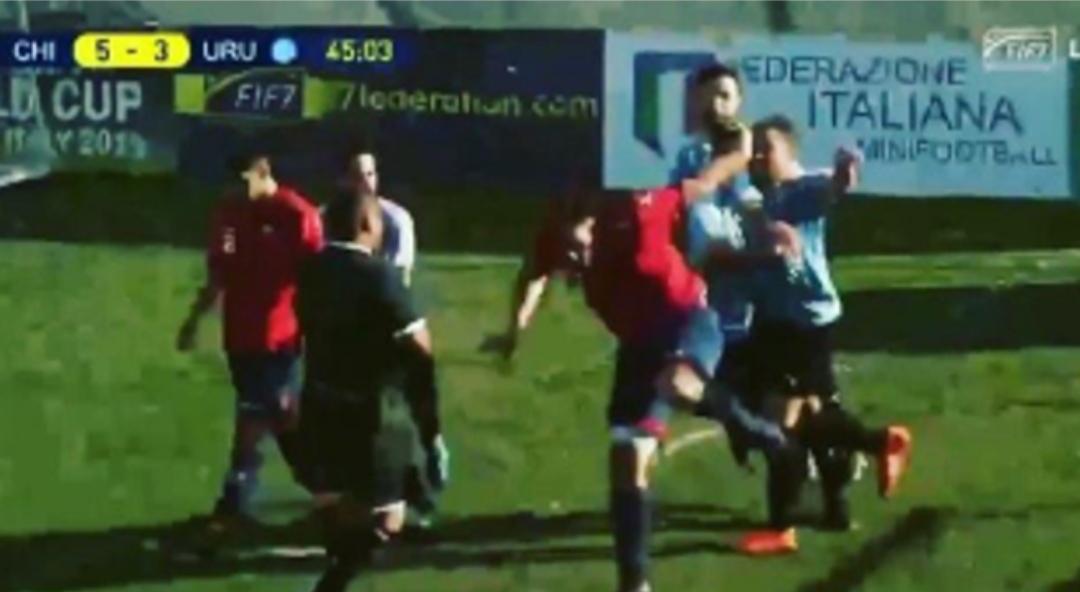 Chileno HUMILLÓ a Uruguay en mundial de fútbol 7, tuvo que salir ARRANCANDO para que no le golpearan