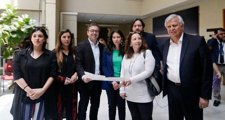 Diputados de oposición proponen sueldo mínimo de $430 mil para superar línea de la pobreza