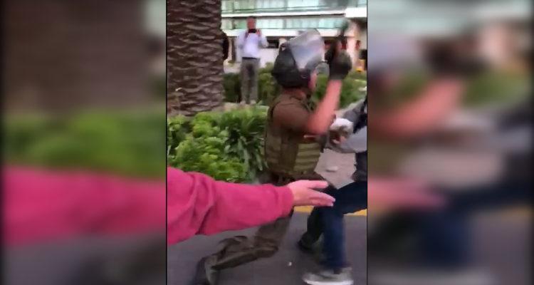 Video muestra a carabinero apuntando su arma de servicio contra manifestantes en Portal La Dehesa