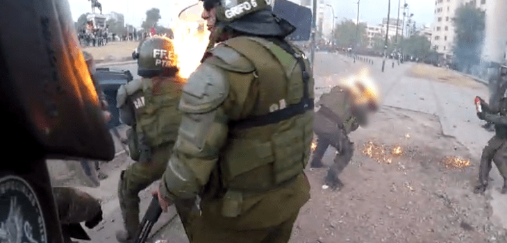 (FUERTE VIDEO) Carabineras de FFEE sufren quemaduras graves en sus rostros tras ser atacadas en plaza Baquedano