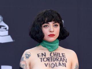 (VIDEO+FOTO) El osado topless de Mon Laferte por el estallido social en Chile