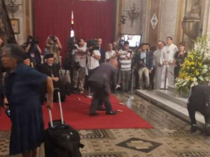 Manifestantes lanzan cartuchos de lacrimógenas en plena misa en Catedral de Santiago