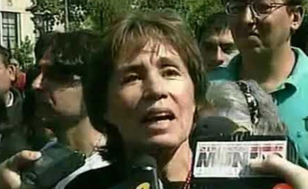 Desconocidos VANDALIZAN tumba de Gladys Marín en el CEMENTERIO