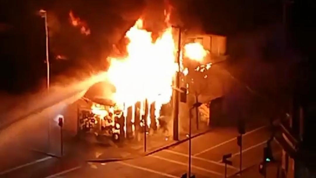 Incendio de PROPORCIONES afecta a construcción en pleno CENTRO DE CONCEPCIÓN