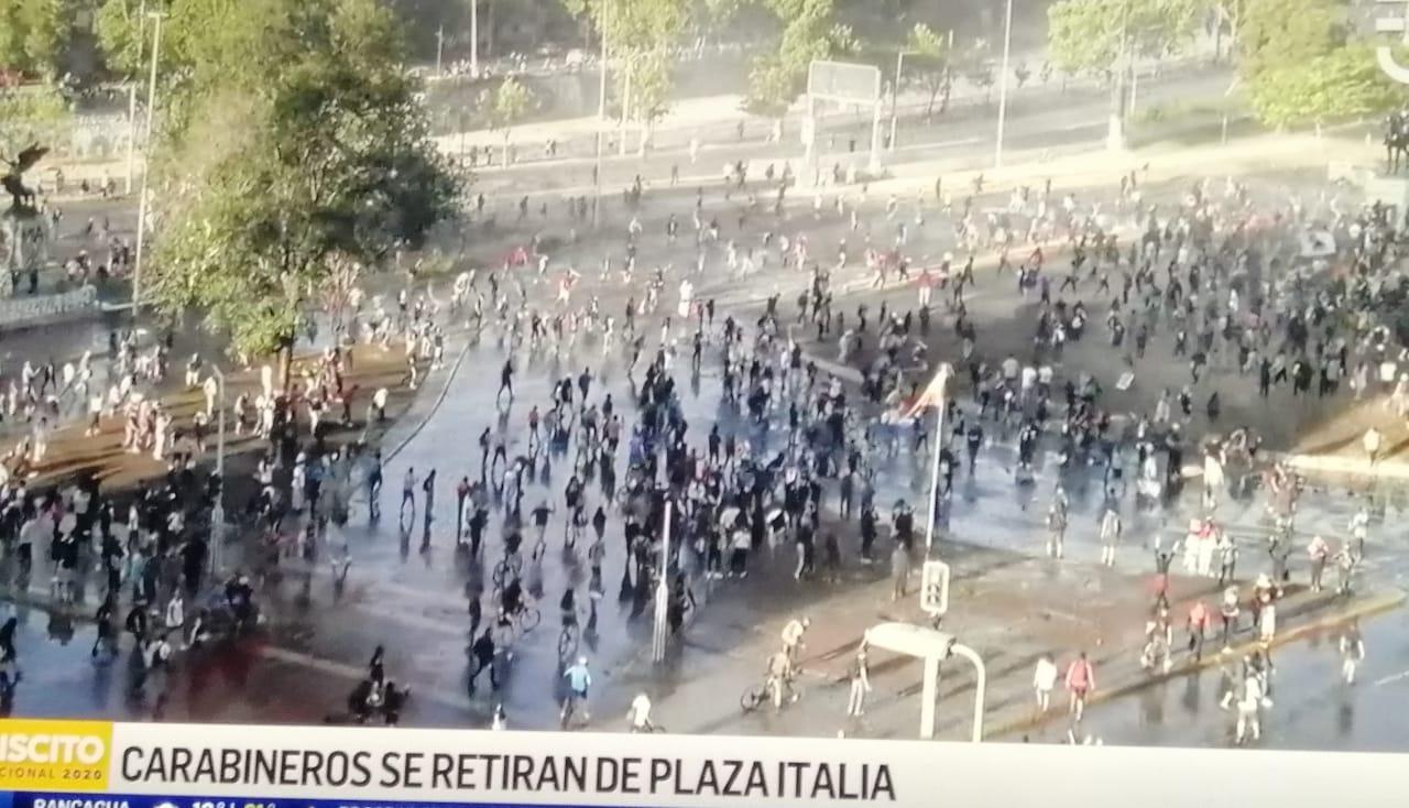 Manifestantes llegan EN MASA a Plaza Italia, hacen RETROCEDER a Carabineros y esperan para CELEBRAR por el APRUEBO