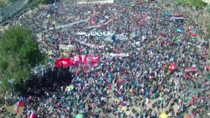 DECENAS DE MILES de personas REPLETAN plaza Italia en conmemoración del 18 O