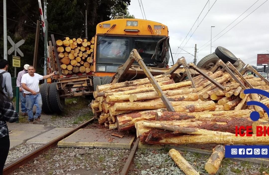 Biotren COLISIONA con camión cargado de madera en San Pedro de la Paz