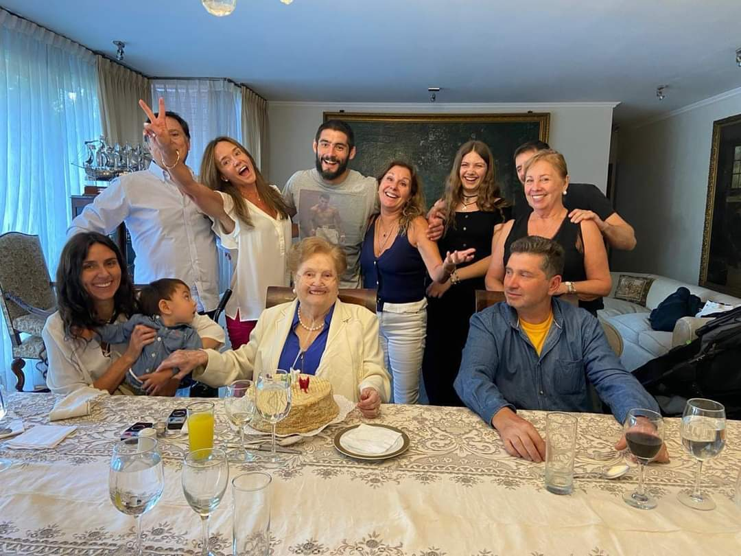 Celebracion del cumpleaños 98 de Lucia Hiriart desata POLEMICA tras foto en PANDEMIA