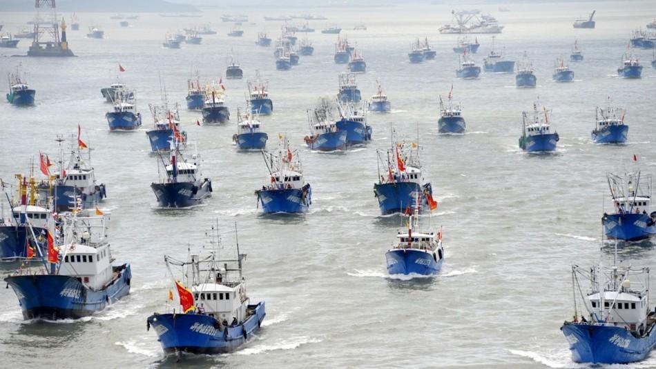 Megaflota china sigue al acecho en AGUAS CHILENAS: avanzan como TIBURONES en «manadas» de 10 barcos